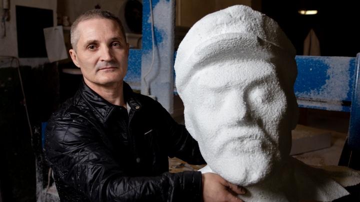 «Поднять не поднимаю, но кручу»: челябинец вырезал из пенопласта Деву Марию, Сталина и унитаз