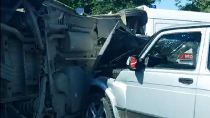 «Деньги на месте?»: в Волгограде «Нива» перевернула инкассаторскую машину — видео