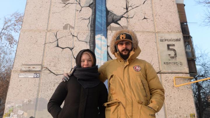 «Башня была символом неформального Екатеринбурга»: художник Рома Инк — о граффити на пятиэтажке