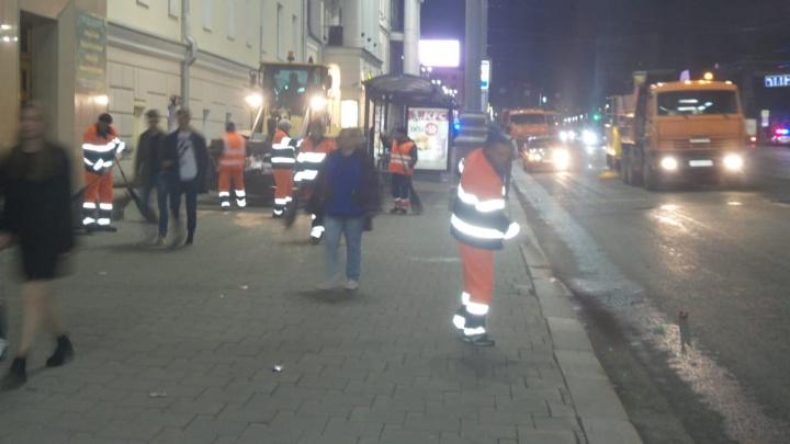 После праздника в центр Екатеринбурга вышла целая армия дворников