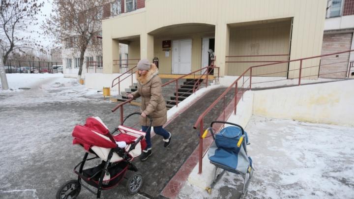 «Мотаемся с ляльками по городу»: челябинки столкнулись с отсутствием врачей в детской поликлинике