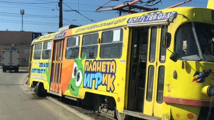 На улице Окружной трамвай сошел с рельсов