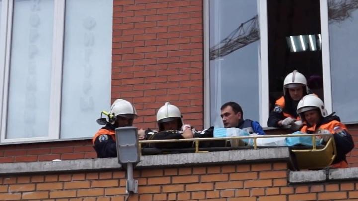 Видео: спасатели подняли с козырька дома сорвавшегося с четвертого этажа мойщика окон