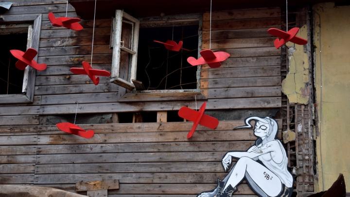 Новый арт-объект: нижегородская художница поселила свое альтер эго в заброшенном доме