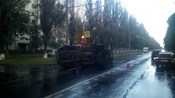 В Тольятти «Калина» перевернула грузовую «Газель» на дороге