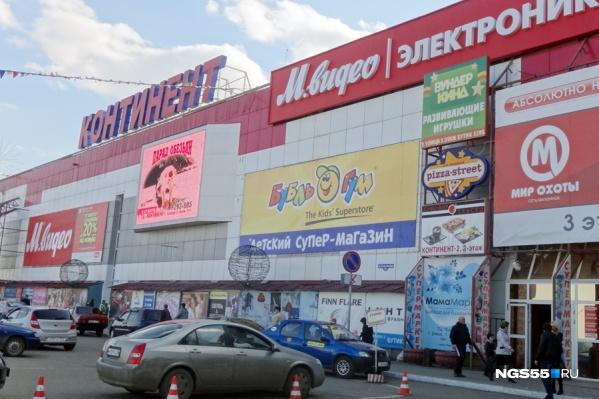 На территории «Континента» совсем скоро будет проходить российско-казахстанский форум. Некоторых арендаторов из-за этого потеснили, но, по словам дирекции, все желающие получили более выгодные торговые площади
