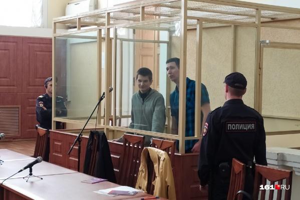 Двое обвиняемых «революционеров» — Ян Сидоров (слева) и Влад Мордасов