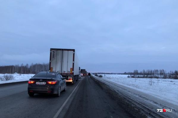 Пробка тянется на несколько километров, а скорость движения не превышает 7 километров в час