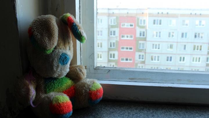 На Волховстроя из окна четвёртого этажа выпала четырёхлетняя девочка
