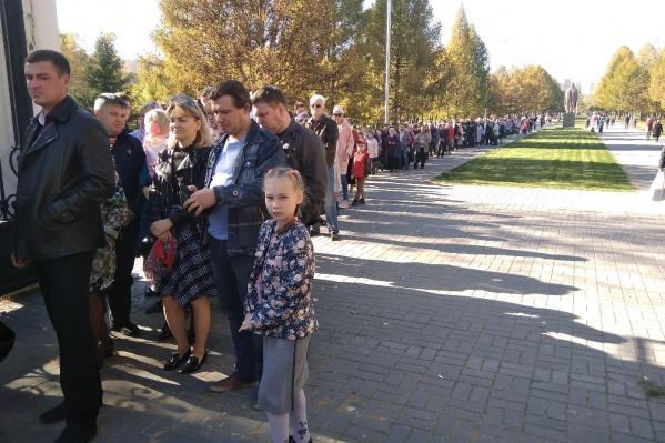 У Троице-Владимировского собора на Западном жилмассиве собрались прихожане, которые хотят поклониться мощам святого Луки