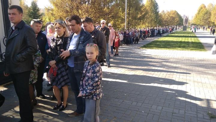 Мощи привезли: новосибирцы встали в 300-метровую очередь перед собором
