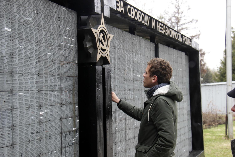 У одной из досок памяти с именами погибших новосибирцев в сквере у Монумента Славы