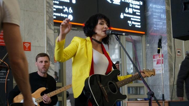 Станцевали историю джаза и прочли стихи под рок: на вокзале Екатеринбурга устроили необычное шоу