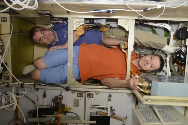 Сейчас на Международной космической станции несут вахту вместе с зарубежными коллегами два россиянина: Олег Кононенко (в рыжей майке) и Алексей Овчинин (в синей)
