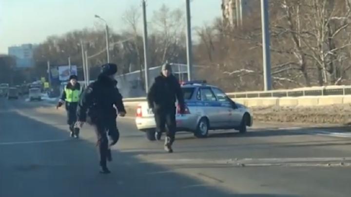 «Провоцировал на стрельбу»: в Челябинске арестовали мужчину, который кидался с ножом на полицейских