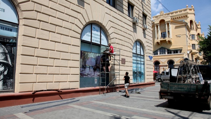 В Волгограде появился музей под открытым небом: шедевры живописи «вышли в народ» на проспекте Ленина
