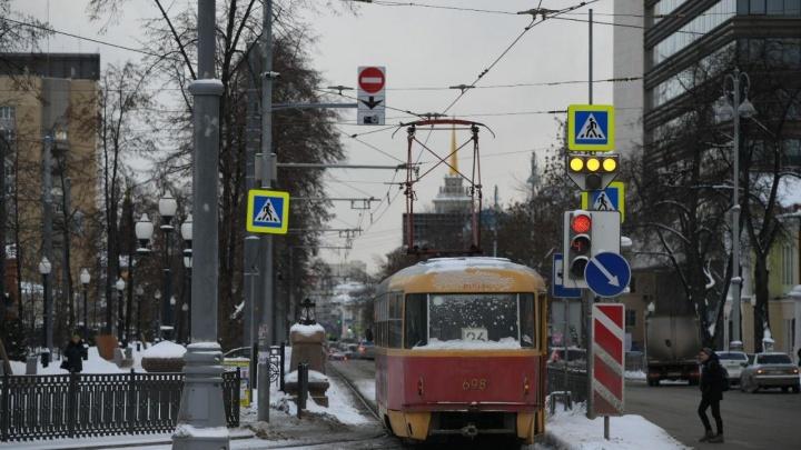 На главной улице Екатеринбурга водителям запретили выезжать на трамвайные пути