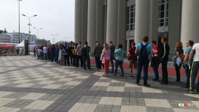 Люди стоят на улице, потому что внутрь пускают по 30–40 человек