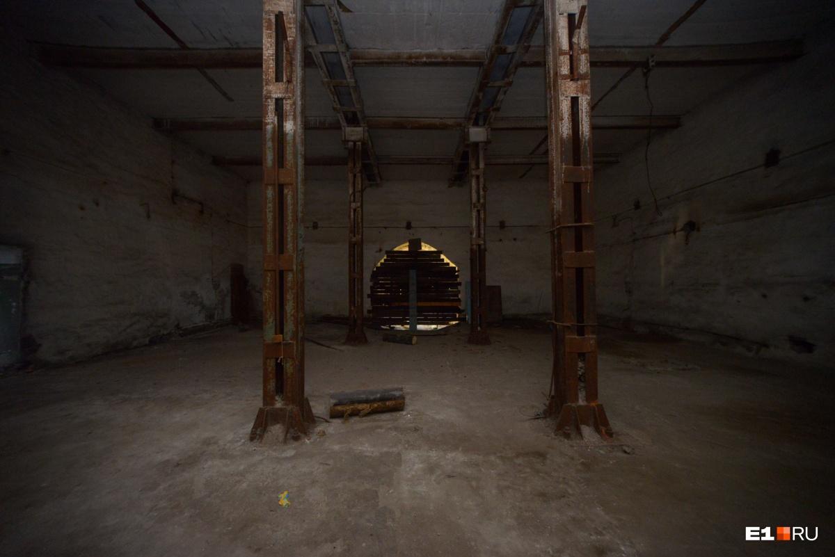 Вот в этом помещении стояла огромная печь до самого верхнего этажа