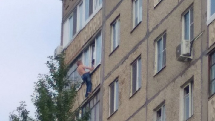 В Уфе жена удерживала мужа от падения из окна за джинсы