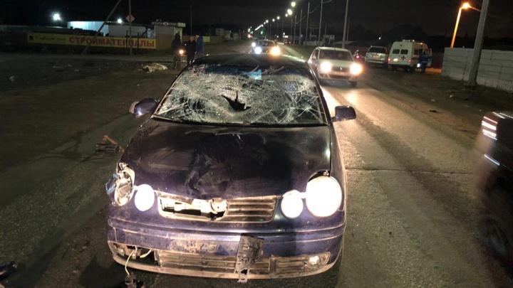 На трассе в Волгоградской области водитель иномарки сбил семью — двое погибших