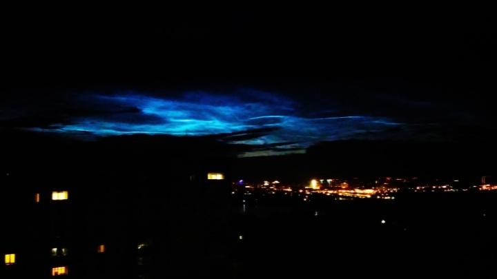 Новосибирец сфотографировал над городом пылающие синим огнём облака