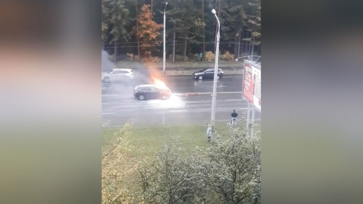 Вспыхнула на ходу: возле торгового центра в Уфе сгорела машина