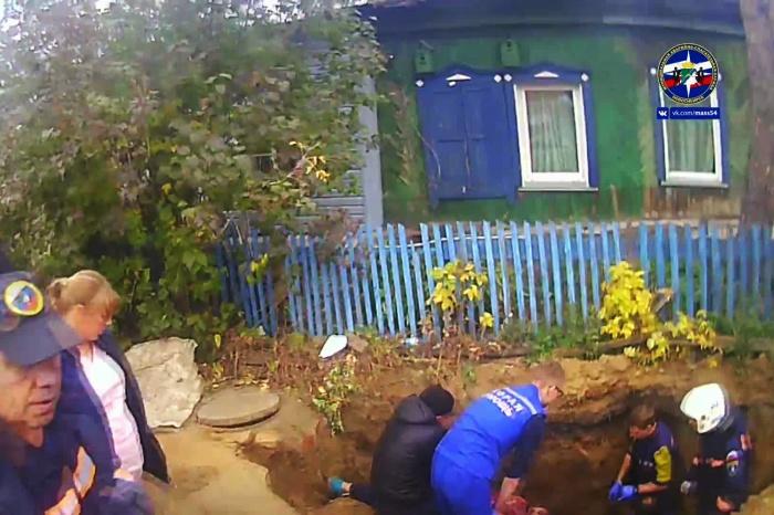 Мужчина копал траншею, чтобы провести водопровод