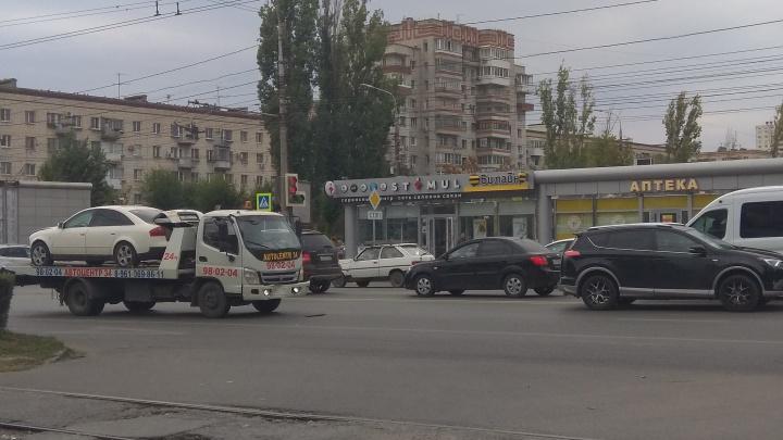 В центре Волгограда столкнулись кроссовер и эвакуатор