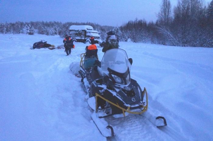 Мужчину искали спасатели на снегоходах
