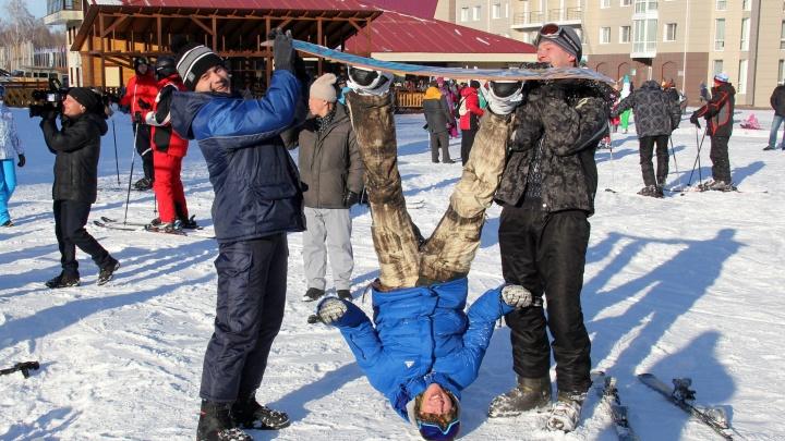 Теперь и на Танае: горный сезон ещё на одном курорте открылся массовым спуском с дымовыми шашками