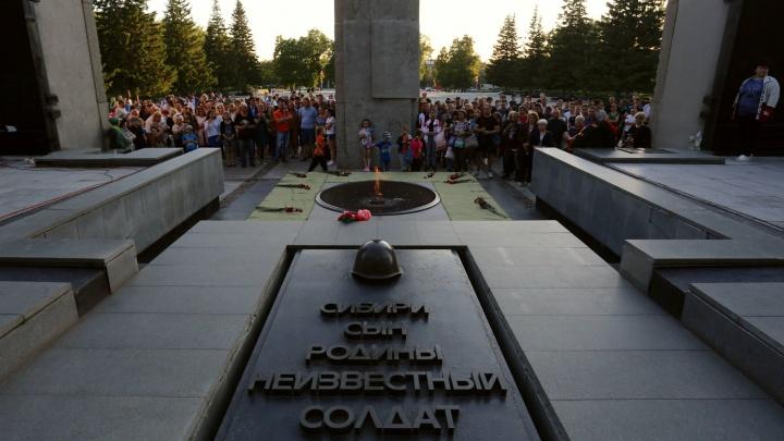 У Монумента Славы в Новосибирске зажгли сотни свечей памяти