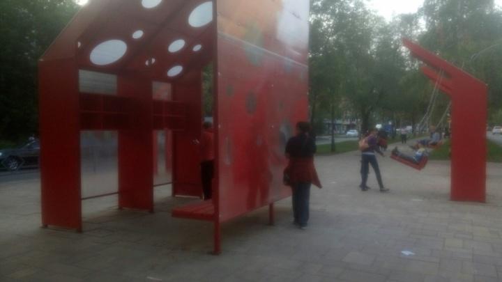 «Качели почти на дороге»: бульвар на улице Революционной украсили необычным арт-объектом
