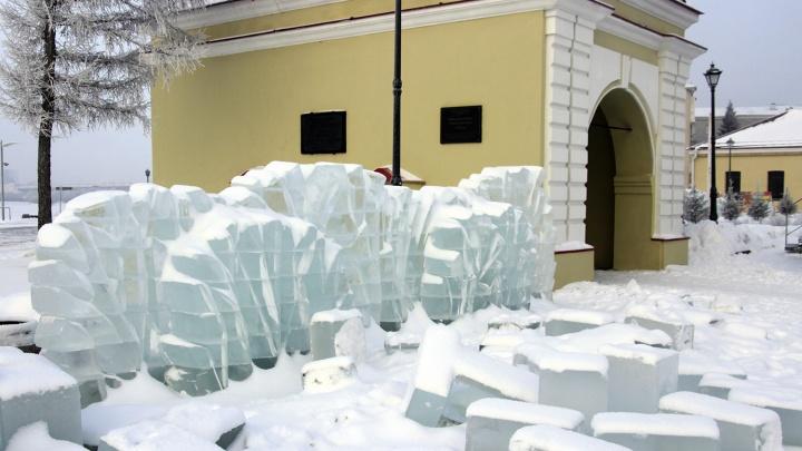 Деревья изо льда и 15-метровая горка: в Омской крепости показали, как строят ледовый городок