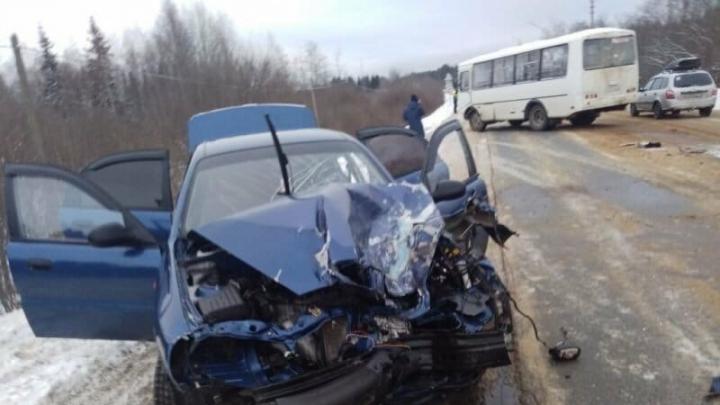 В Вачском районе иномарка врезалась в автобус похоронной процессии. Пострадали люди