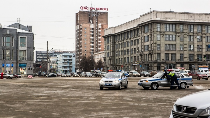 Запрет есть, но он не работает: мэрия объяснила, почему на площади Ленина до сих пор стоят машины