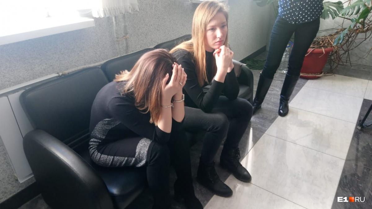 Жена Алексея — Ольга (слева) не могла сдержать слез, она надеялась, что ее мужа сегодня оправдают