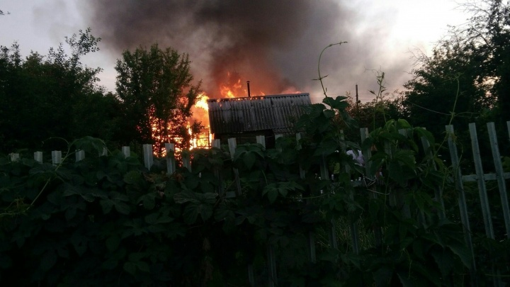«Муж из шланга поливал соседскую теплицу»: в Самарской области загорелись туалет и баня