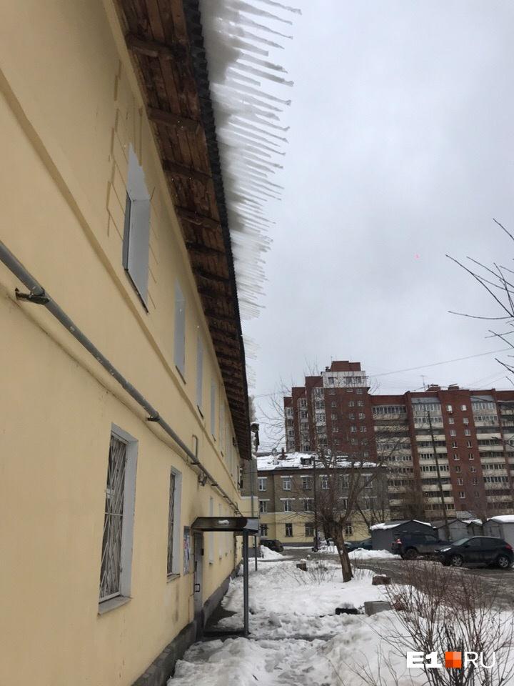 Дом на Циолковского, 78. Автор фото говорит, что у них и двор ни разу за зиму не чистили
