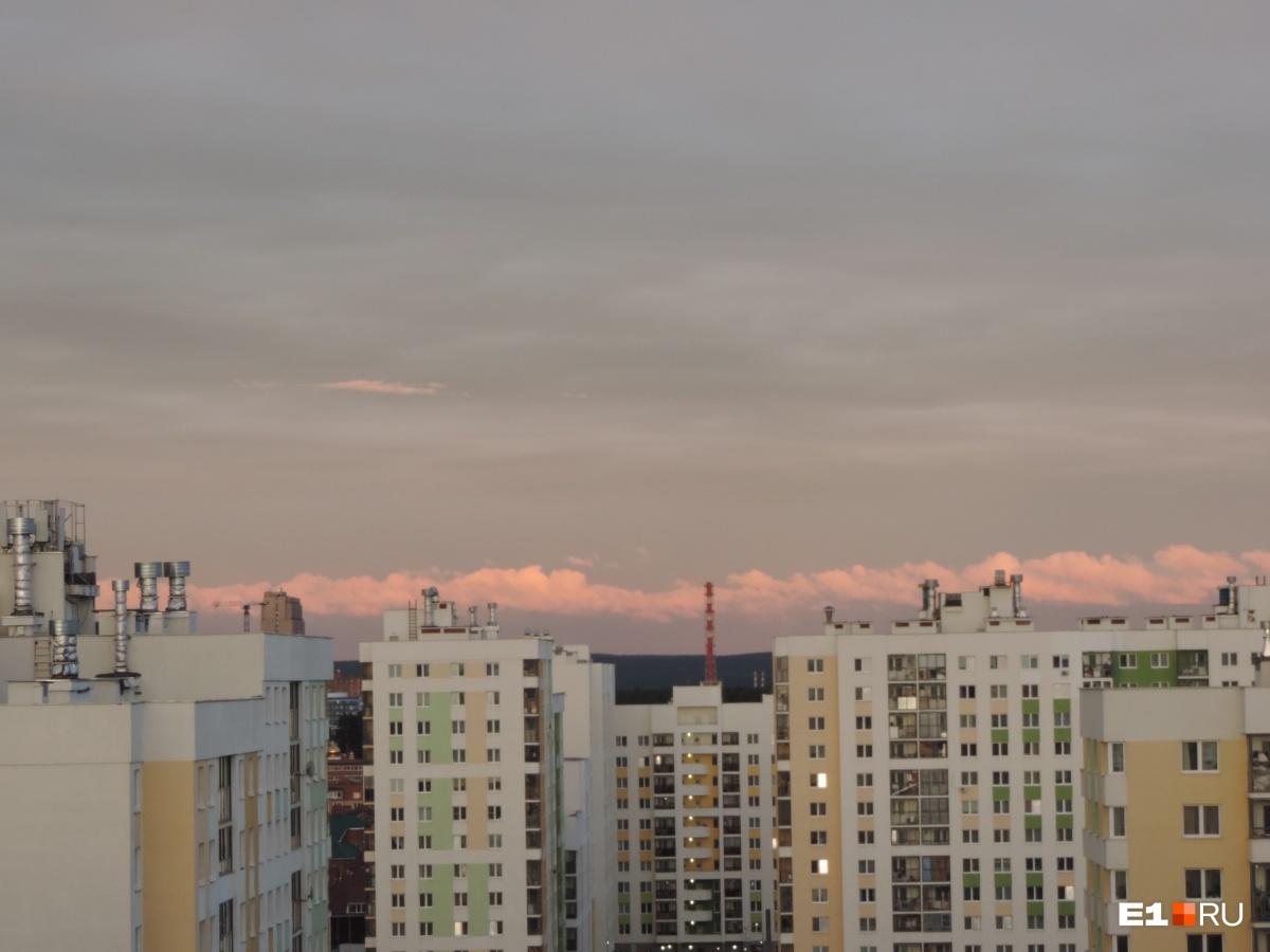 Облачный тоннель над городом: екатеринбуржцы сняли необычный закат