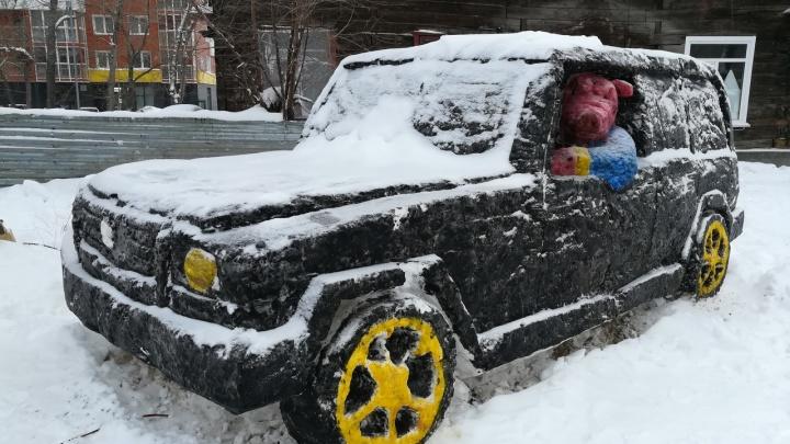 Теперь там сходка: в Ленинском районе появились две ледяные свиньи и «Мерседес»