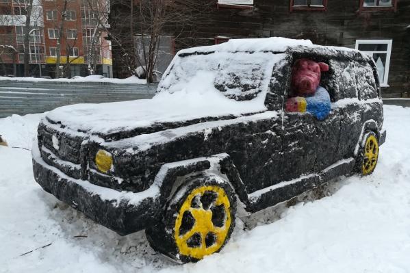 Снежный городок на улице Костычева продолжает разрастаться — теперь здесь уже не один, а три поросёнка