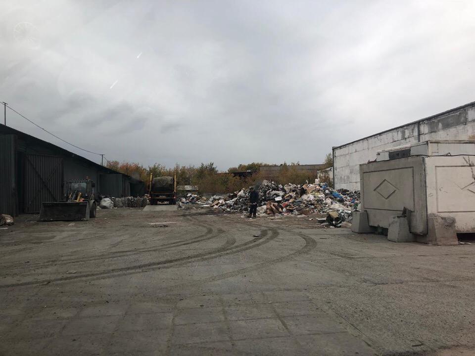 Место, куда свозят мусор, находится через дорогу от городской свалки