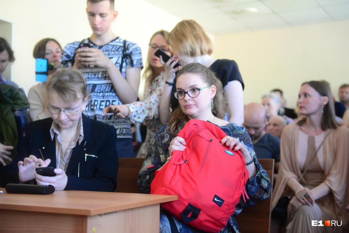 На суд Анна пришла с большим рюкзаком. Возможно, опасалась того, что ее отправят в изолятор