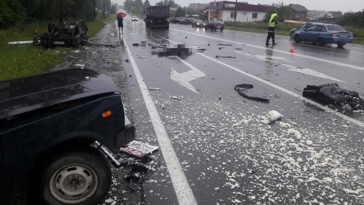 Под Невьянском Иж разорвало надвое при столкновении с грузовиком, водитель погиб