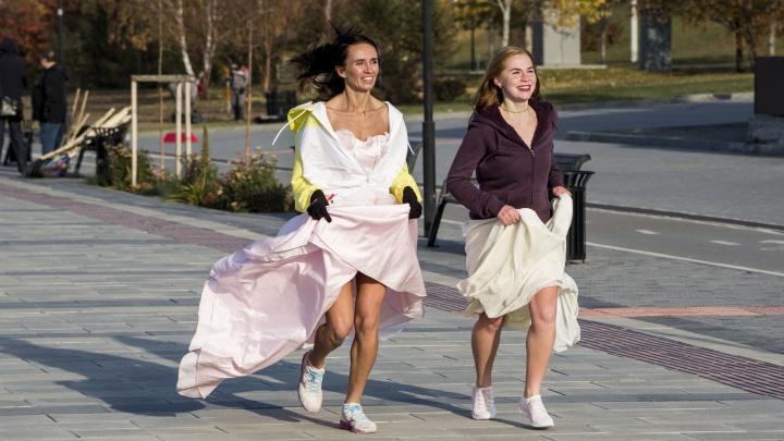 Пробежка в свадебных нарядах по набережной Новосибирска: смотрим, как это было