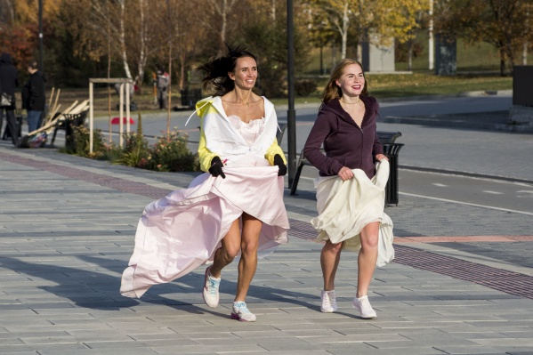 Несмотря на длинные платья, участницы бежали по набережной