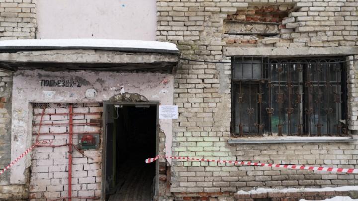 Обвалилась кирпичная кладка: в Тюмени расселят двухэтажный дом на улице Спорта