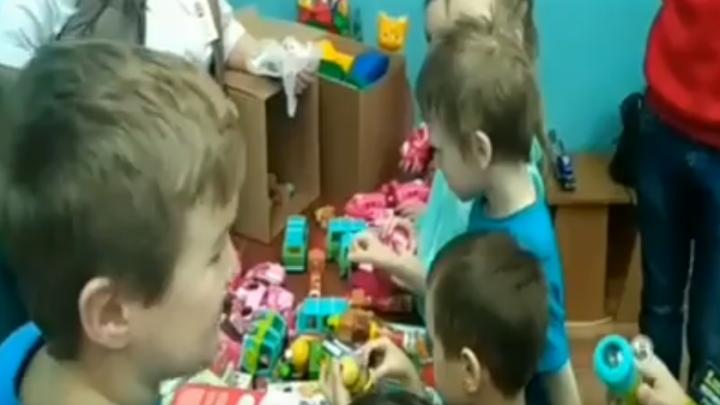 Ярославцы собрали несколько коробок игрушек для детей из областной больницы