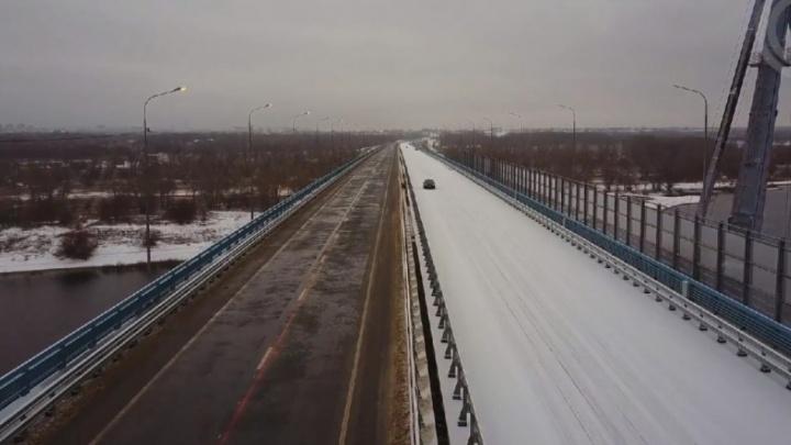 «Его вообще кто-то обслуживает?»: новый мост через Ахтубу утонул в снегу